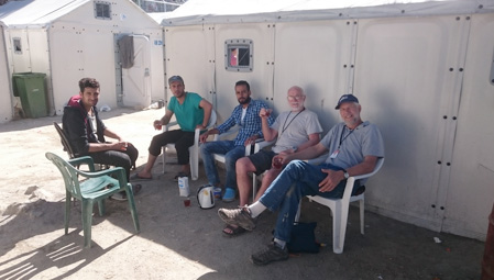 Volunteers having tea with refugees in &#91;...&#93; </p srcset=
